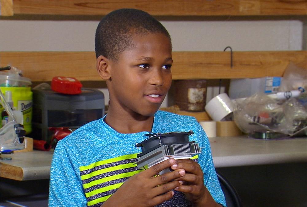 Bé 11 tuổi sáng chế ra thiết bị phát hiện trẻ em bị bỏ quên trong xe…